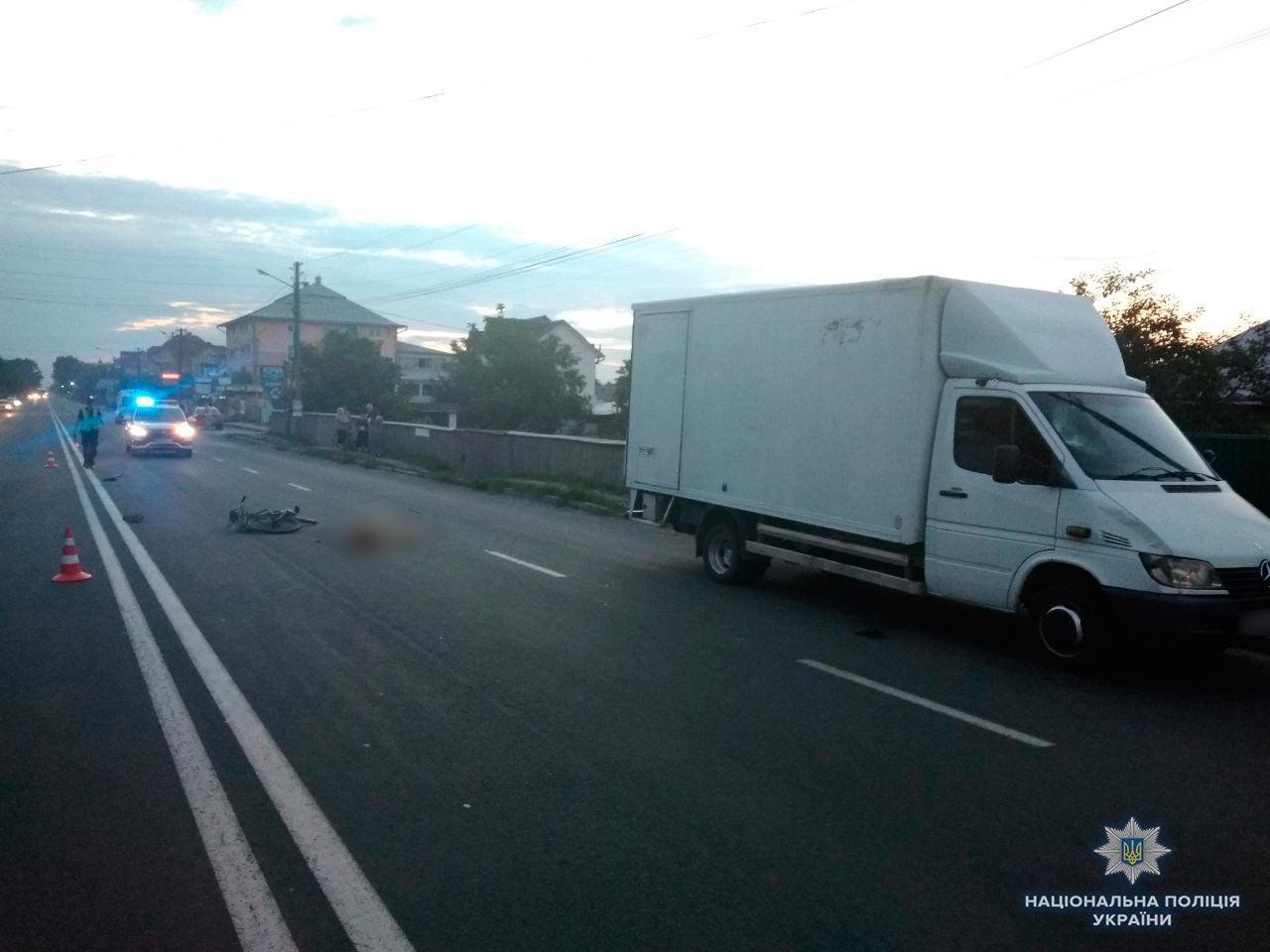 Під час ДТП на Буковині бус насмерть збив велосипедиста. ФОТО