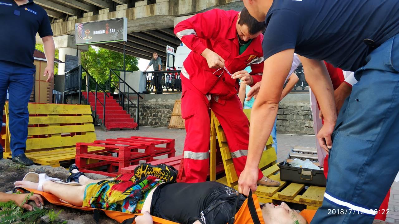 У Дніпрі водолази встигли витягнути чоловіка, який тонув, живим. ФОТО