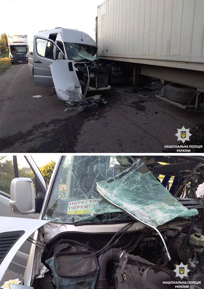 ДТП під Дніпром. Автобус зіткнувся з вантажівкою. П'ятеро травмовані.