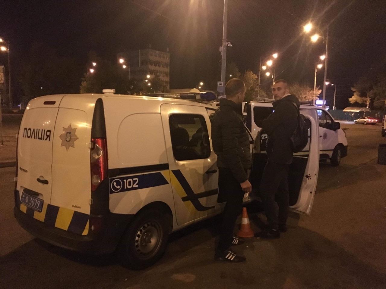 У Києві поліція розслідує нічну стрілянину з пораненим біля метро. ФОТ