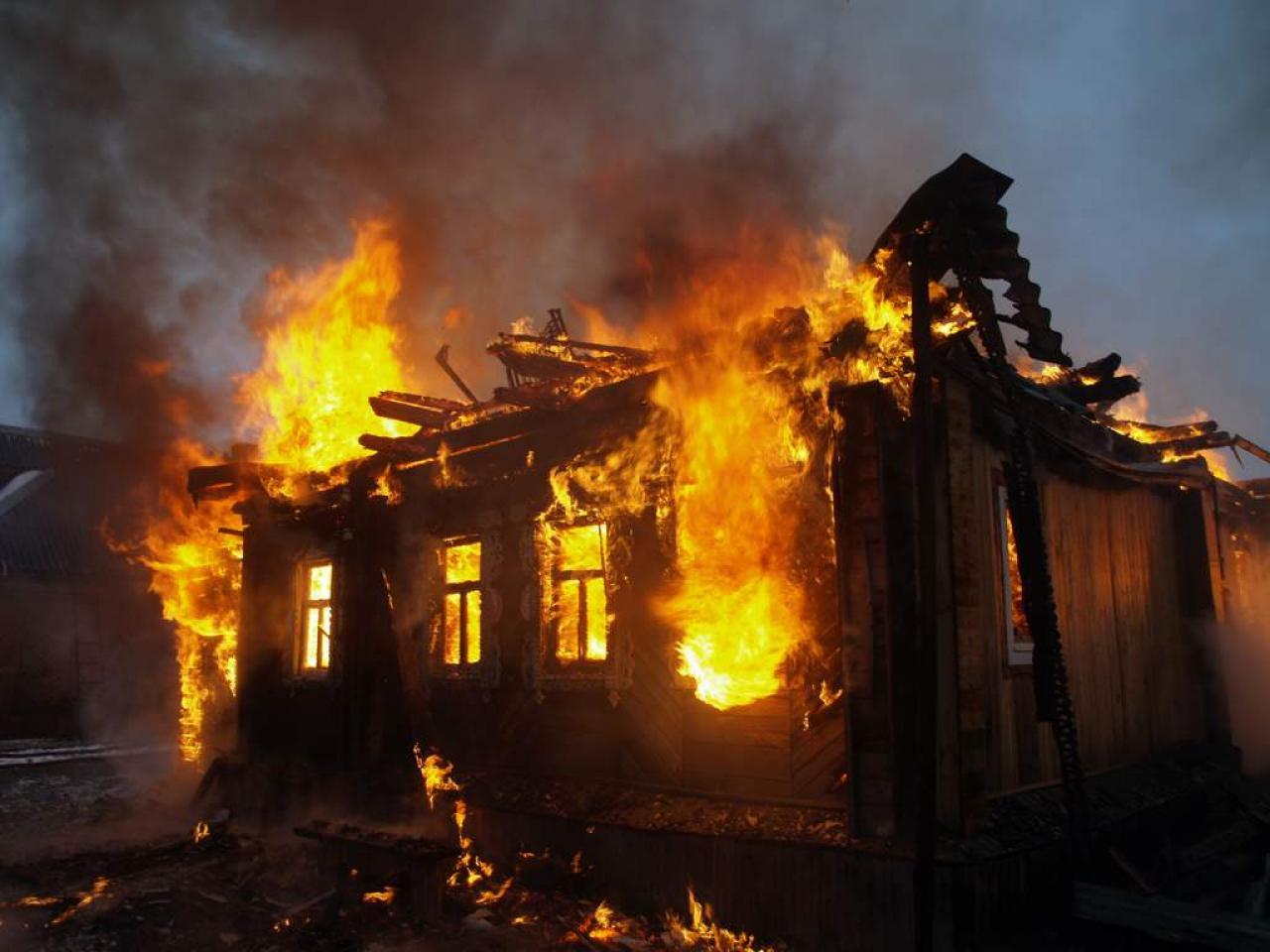 На Запоріжжі бійці ДСНС вивели жінку та двох дітей з палаючого будинку