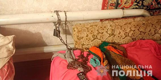 На Сумщині матір тримала молоду доньку прикутою ланцюгом до батареї