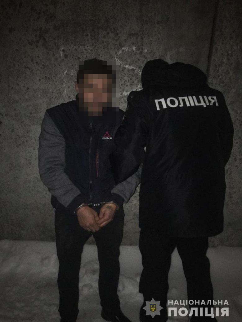 У Києві поліцейські затримали кримінальний дует вуличних грабіжників.