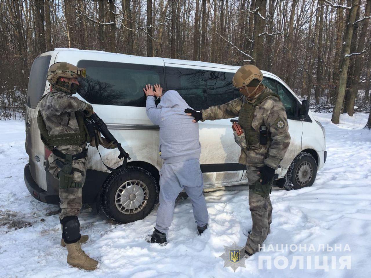 Іноземця, який перебував у міжнародному розшуку, затримала поліція Зак