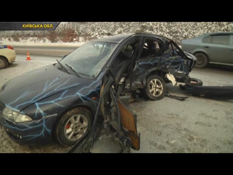 Страшна ДТП під Києвом: легковик вилетів назустріч машині поліції охор