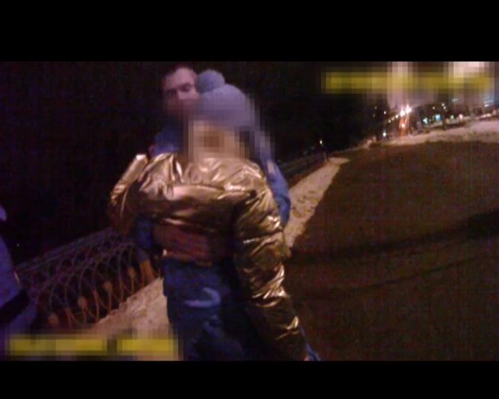 В Сумах поліцейські врятували дівчину-самогубцю. ВІДЕО