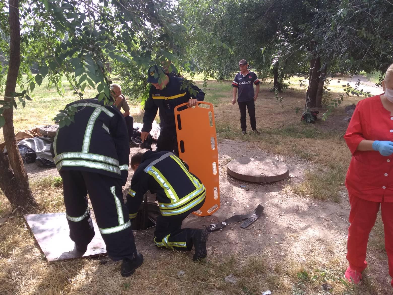 У Запоріжжі врятовано жінку, яка впала у каналізаційний колодязь. ФОТО