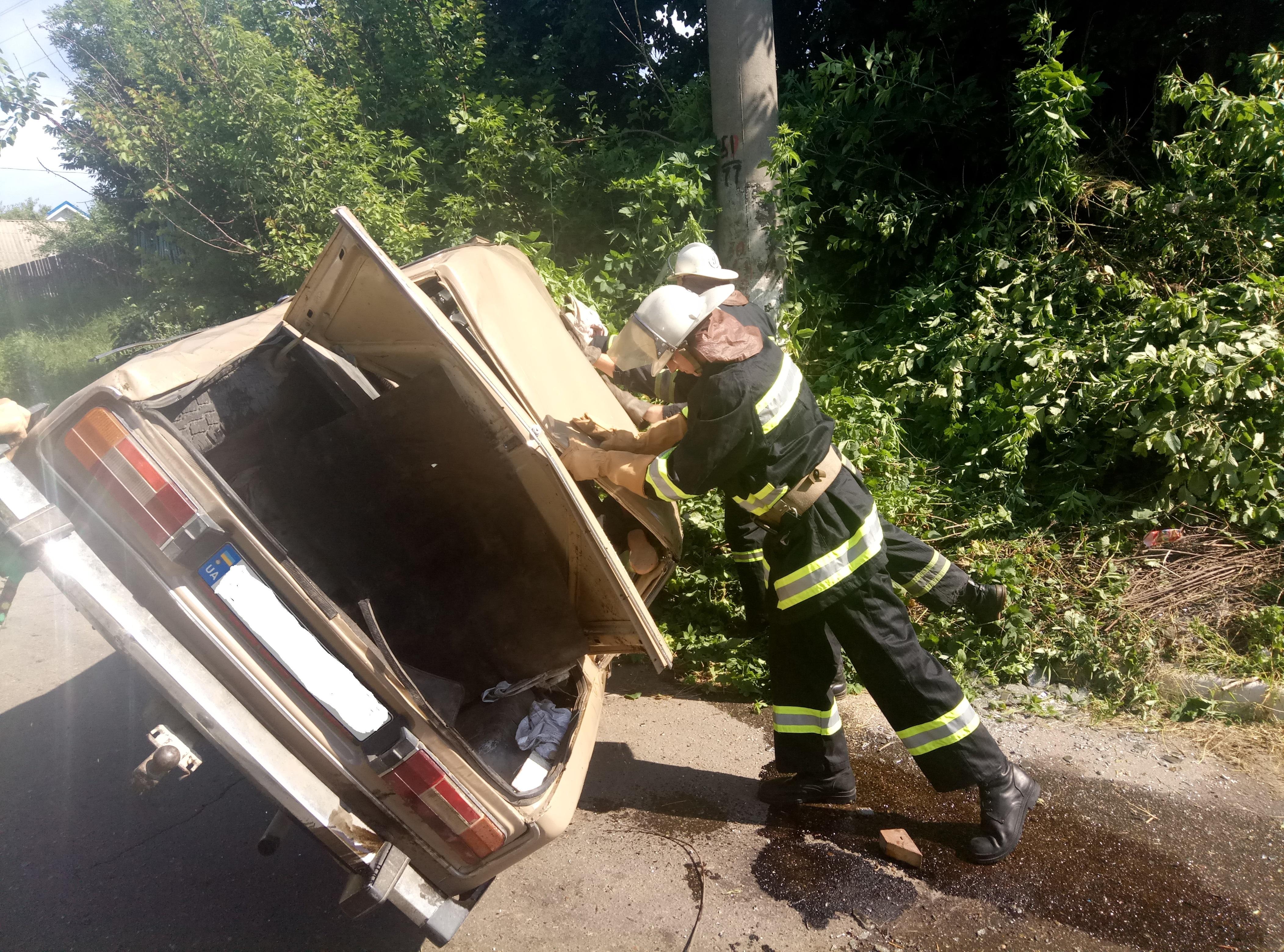 На Київщині пожежні вивільнили поранену жінку з перекинутого автомобіл