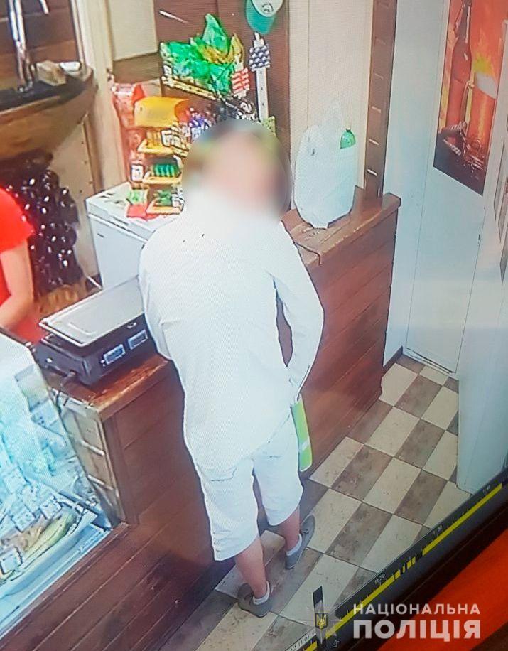 У Херсоні поліцейські затримали злодія, який з ножем пограбував магази
