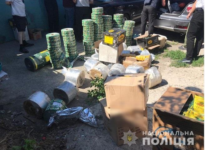 У Борисполі поліцейські викрили підпільний склад фальсифікованої кави.