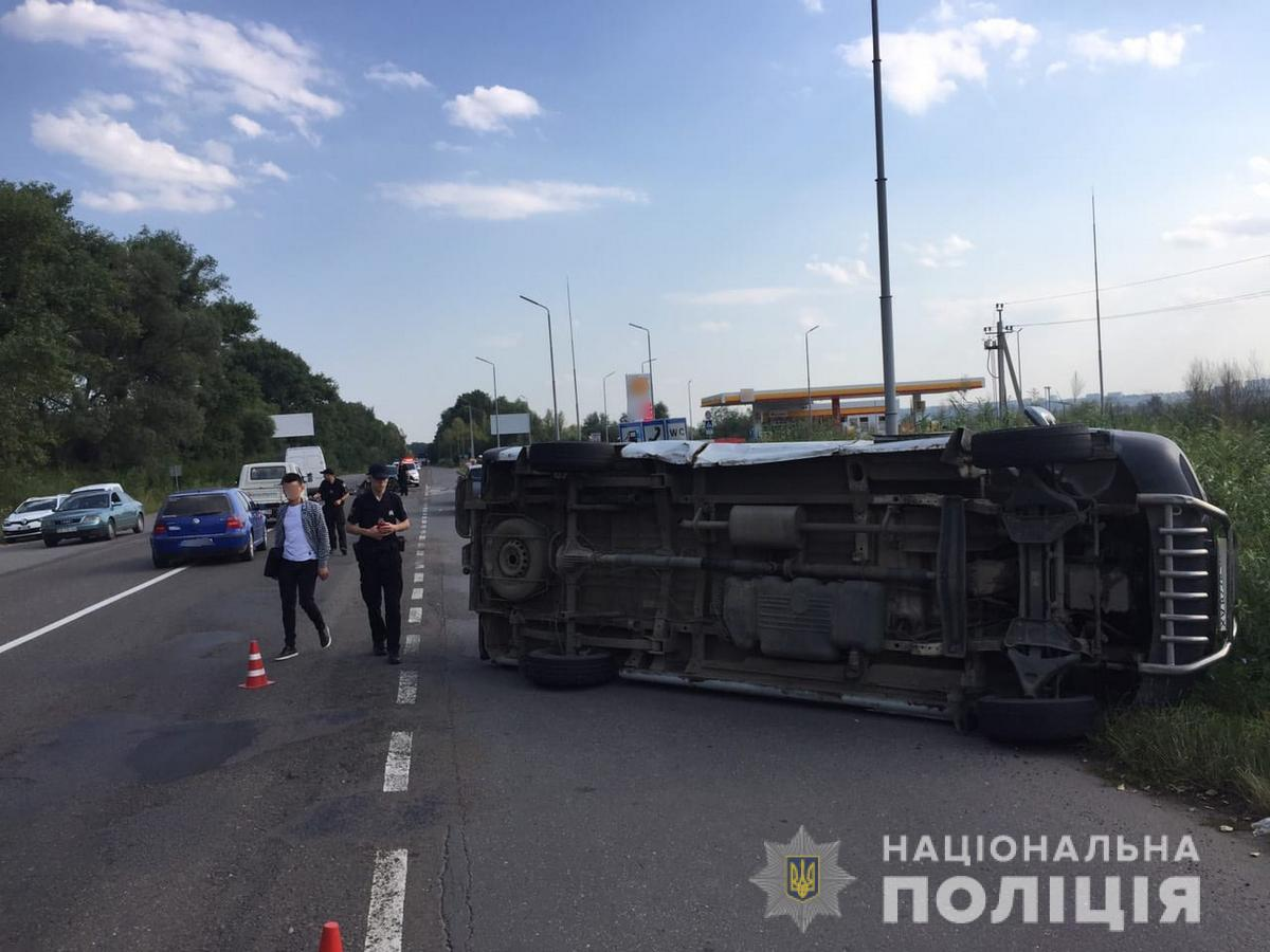 На Буковині мікроавтобус вдарив легковик та перекинувся, є поранені. Ф