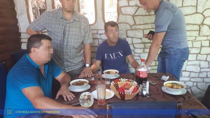 У Запоріжжі оперативнику ДФС не дали спокійно поїсти оперативники СБУ.