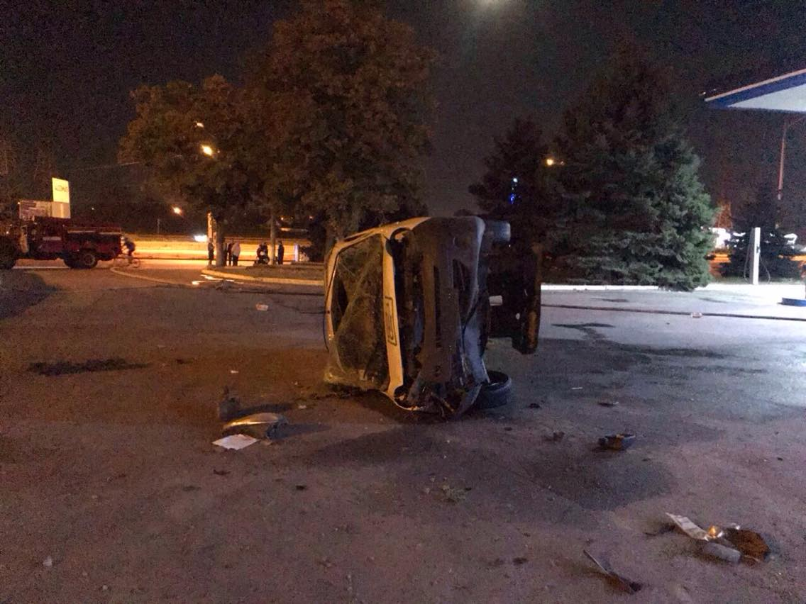 На Дніпропетровщині автомобіль впав з моста на автозаправку. ФОТО