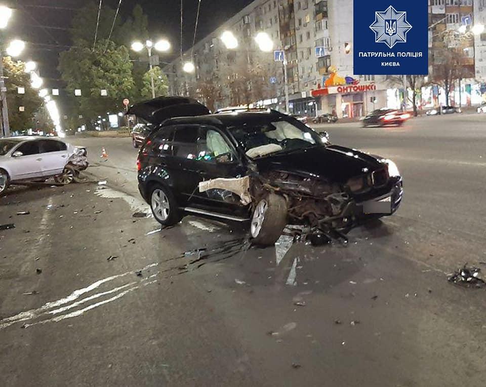 У Києві водій BMW протаранив припарковані авто. ФОТО