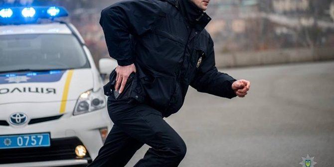 На Львівщині поліцейські поранили чоловіка, який кинувся на них із сок