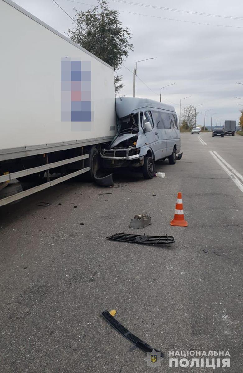 ДТП у Запоріжжі: маршрутка влетіла у вантажівку, є загиблі