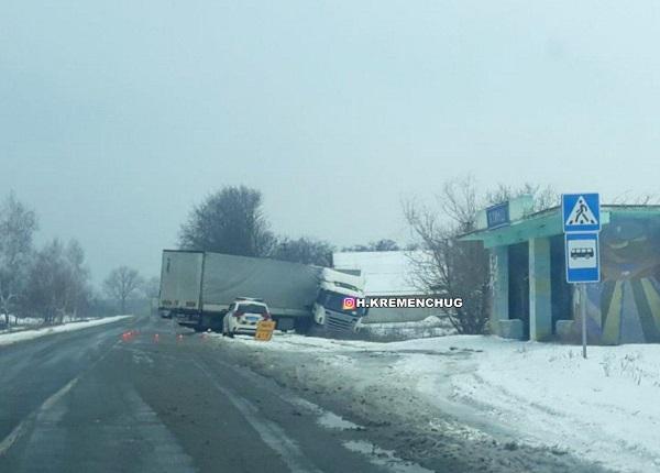 ДТП на Полтавщині: фура злетіла з дороги і «склалась» як гармошка. ФОТ