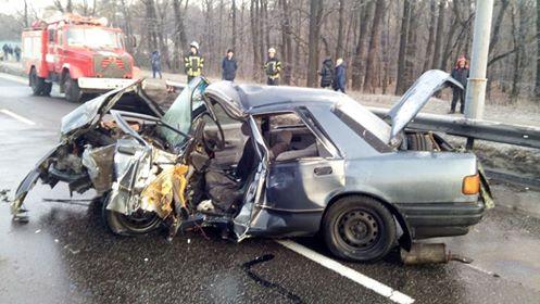 З місця події: у Києві після ДТП тіло водія діставали з авто рятувальн