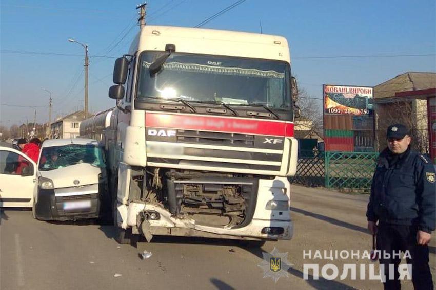 У ДТП на Хмельниччині постраждав 60-річний водій легковика. ФОТО