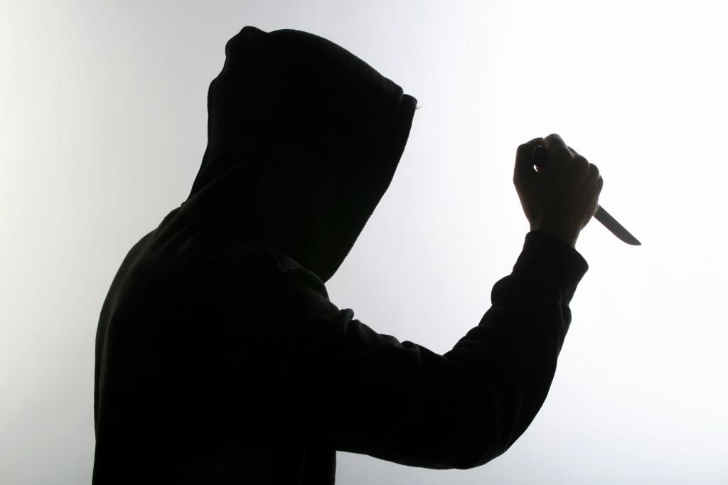На Дніпропетровщині ревнивий молодик кинувся з ножем на суперника