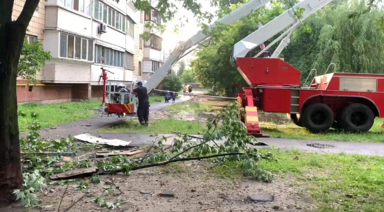 З місця події: у Києві обвалилася добудова балкона у 9-поверхівці. ВІД
