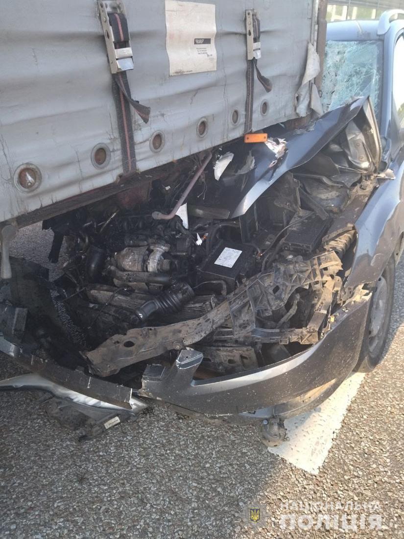 У ДТП на трасі Київ-Чоп легковик закочив під кузов фури, є поранені. Ф