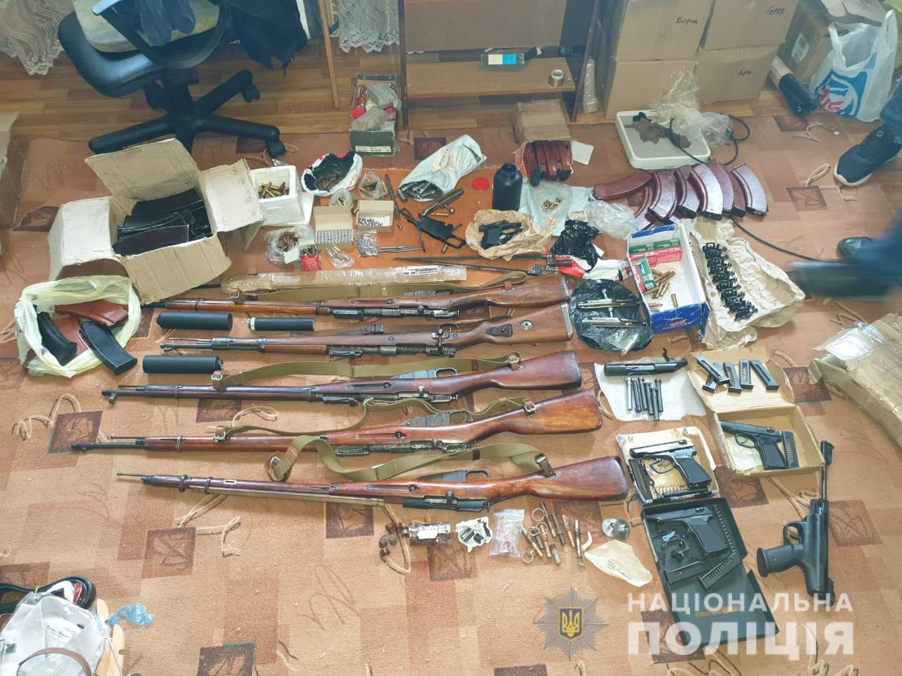 У Люботині поліцейські вилучили у чоловіка арсенал вогнепальної зброї.