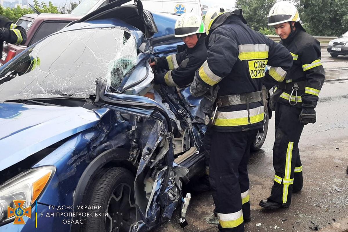 У Дніпрі рятувальникам довелося діставати тіло водія з розбитої ущент