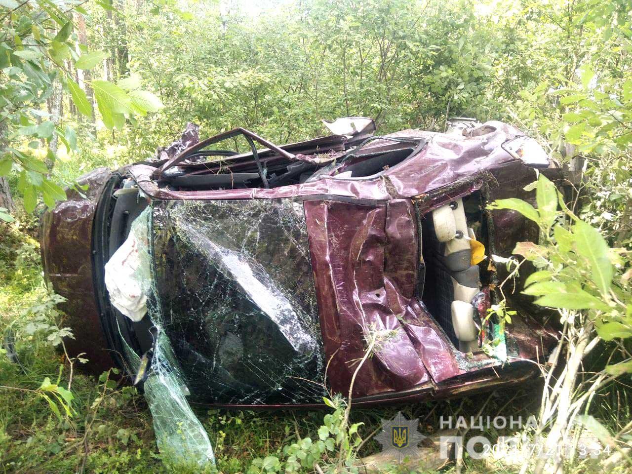 Після ДТП на Рівненщині обидві автівки вилетіли в кущі, постраждали тр